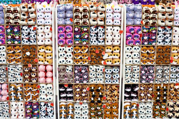 weiche stofftiere in kindermoden geschäft - spielesammlung stock-fotos und bilder