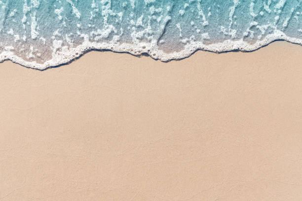 ola suave había bañado la playa de arena, fondo de verano. - playa fotografías e imágenes de stock