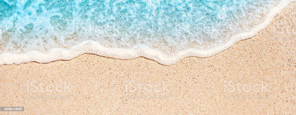 Onda suave de océano azul en la playa de arena con copia espacio fr texto. Fondo de verano. - Foto de stock de Agua libre de derechos