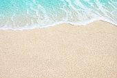 海の柔らかな波の砂浜のビーチ