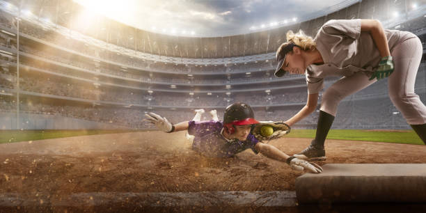 プロの舞台でソフトボールの女子選手。野球 3 ベース スライド - ソフトボール ストックフォトと画像
