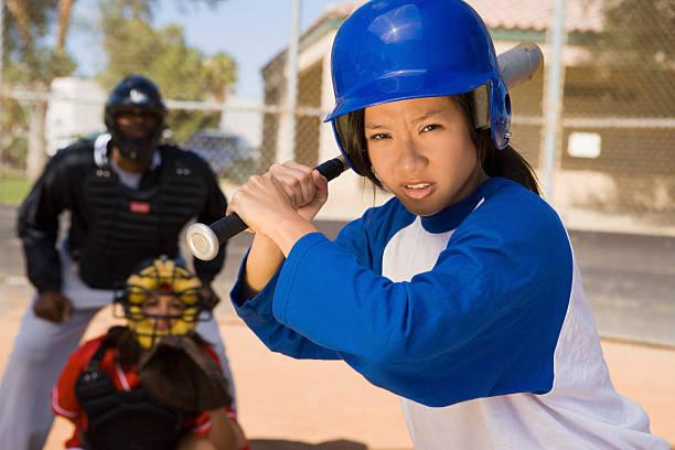 jogador de softbol no taco - softbol esporte - fotografias e filmes do acervo