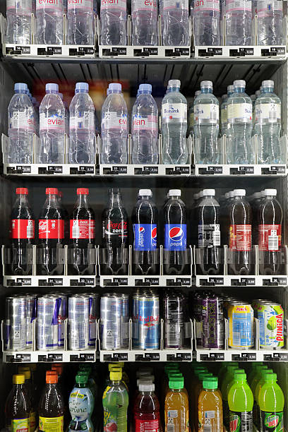softdrinks und flaschen - pfand stock-fotos und bilder