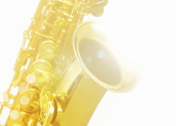 soft-fokus sax in kurzer nahaufnahme, gegen weiß - altsaxophon stock-fotos und bilder