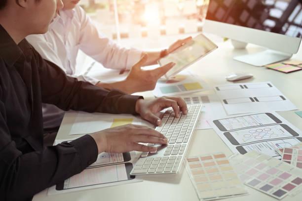 software-entwickler ux designer design-designer smartphone layout geek business-prototyp internet. - prototype stock-fotos und bilder