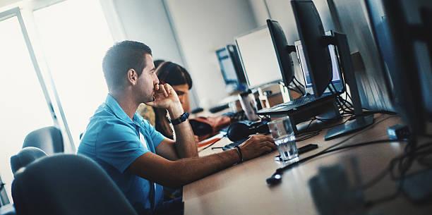 software developers at work. - 虛擬辦公室 個照片及圖片檔