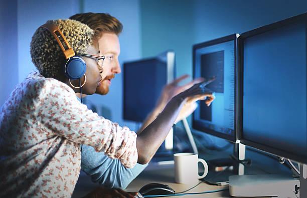 software developers solving a problem. - człowiek maszyna zdjęcia i obrazy z banku zdjęć