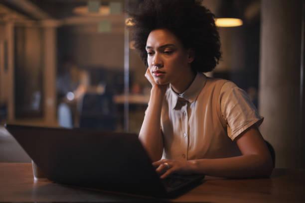 Software-Entwickler arbeiten spät in die Nacht im Büro – Foto