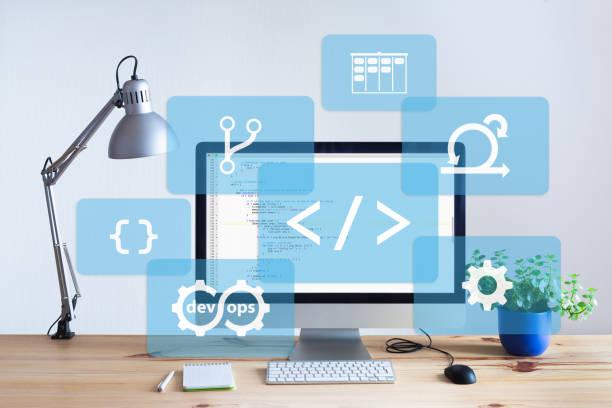 Software-Entwicklung Arbeitsplatz im hellen Büro mit Holztisch, Programmierung Codierungcode auf Desktop-Computer-Bildschirm, IT-Informationstechnologie Entwicklung und Codierung – Foto