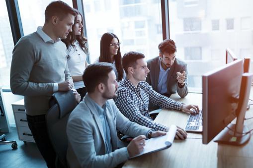 Softwareingenieure Entwickelnde Anwendungen Zusammen Im Büro Stockfoto und mehr Bilder von Arbeiten