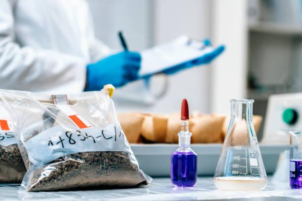 Bodenproben Testlabor. Weibliche Biologin nimmt Notizen in Labor – Foto