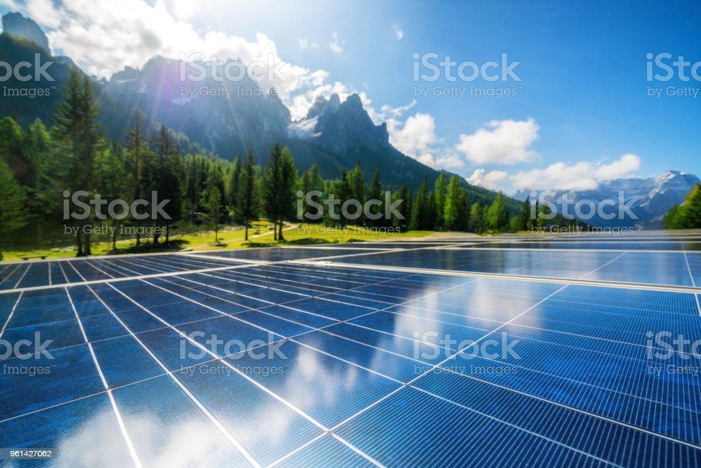 Solarzellenplatte in Land Berglandschaft. – Foto