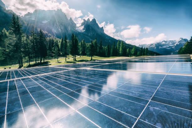 panel de células solares en paisaje de montaña del país. - cuestiones ambientales fotografías e imágenes de stock