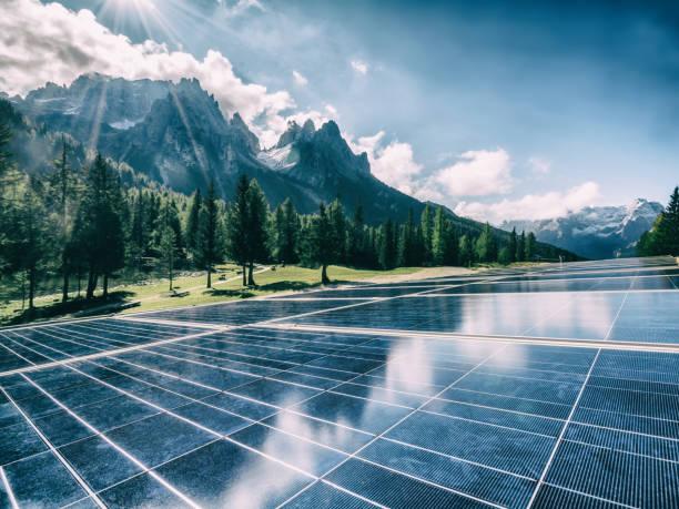 solarzellenplatte in land berglandschaft. - sonnenenergiegerät stock-fotos und bilder
