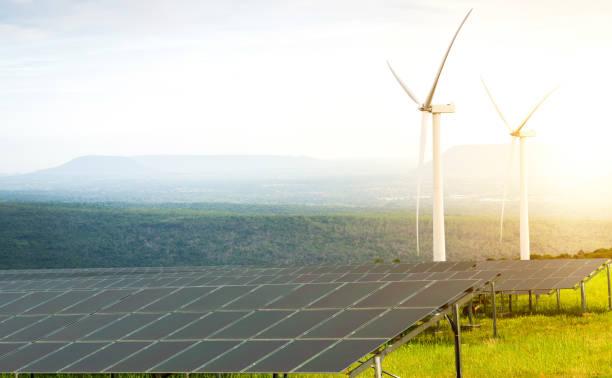 Solarzellen und Windkraftanlagen – Foto
