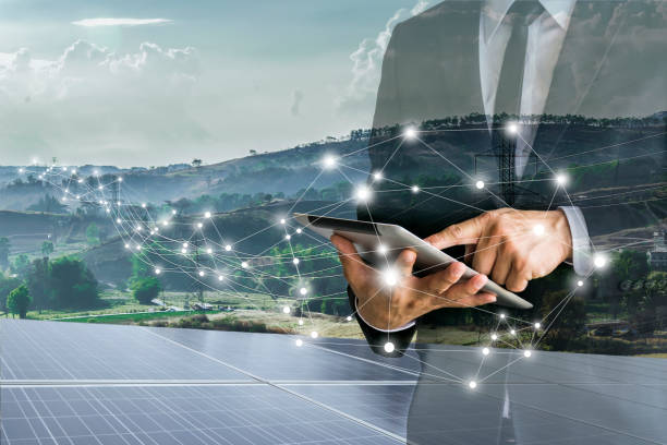 Cells.Businessmen solar calcular inversión. - foto de stock