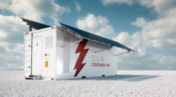 Unidad de envase solar. concepto de representación 3D de un contenedor de almacenamiento de energía de batería industrial blanca con montado negro paneles solares situado en la grava del blanco paisaje vacío en tiempo soleado. - foto de stock