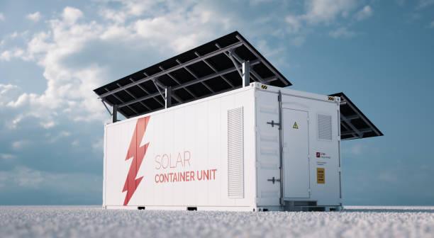 Solarcontainer-Einheit. 3d Rendering Konzept eines weißen industriellen Batterie-Energiespeicherbehälters mit montierten schwarzen Sonnenkollektoren auf weißem Kies in leerer Landschaft bei sonnigem Wetter. – Foto