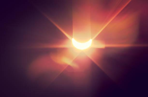 eclissi solare con naïve effetto luminoso - flare foto e immagini stock