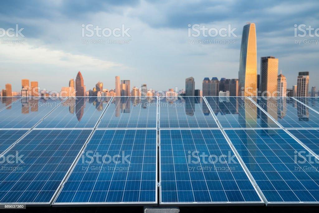 Solarenergie-Panel mit Stadt-Dämmerung – Foto