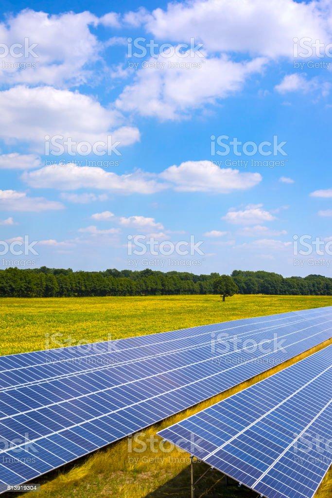 Solare Energiestation auf einem Feld in Brandenburg – Foto