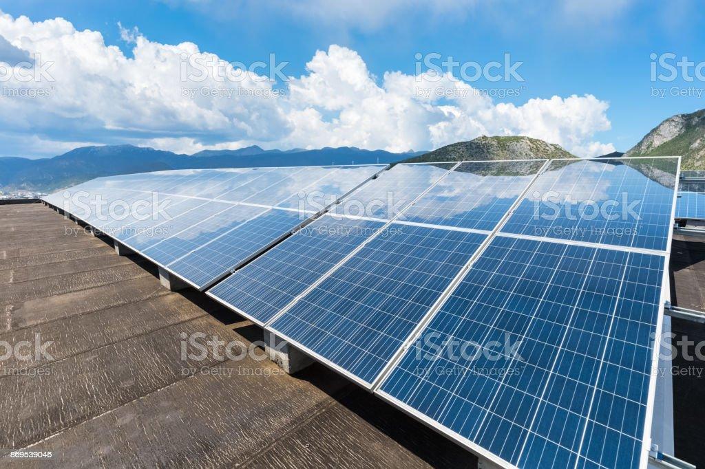 Solarenergie mit blauem Himmel – Foto