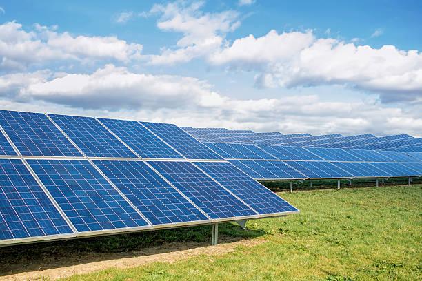 solarpark. grüne felder blauer himmel, nachhaltige erneuerbare energie. - mondlandefähre stock-fotos und bilder