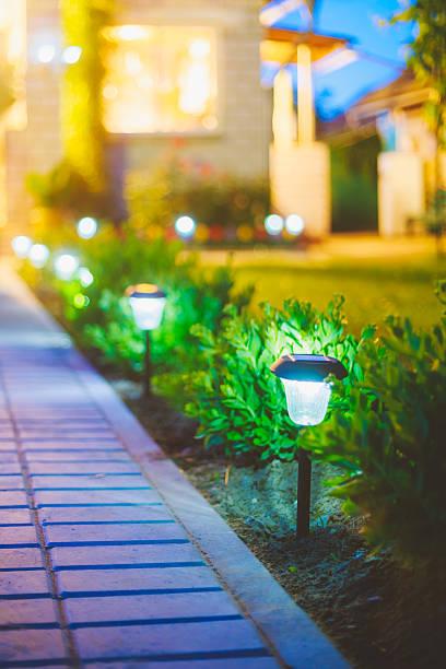 solar garden tageslicht und laternen in blume bett.   garten-design - solarleuchten stock-fotos und bilder