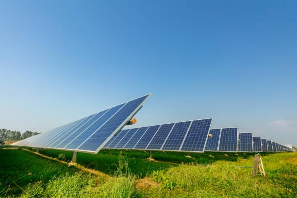 solarpanel, alternative stromquelle, konzept der nachhaltigen ressourcen, und dies ist ein neues system, das strom mehr als das original erzeugen kann, das ist die sonnenverfolgungssysteme - mondlandefähre stock-fotos und bilder