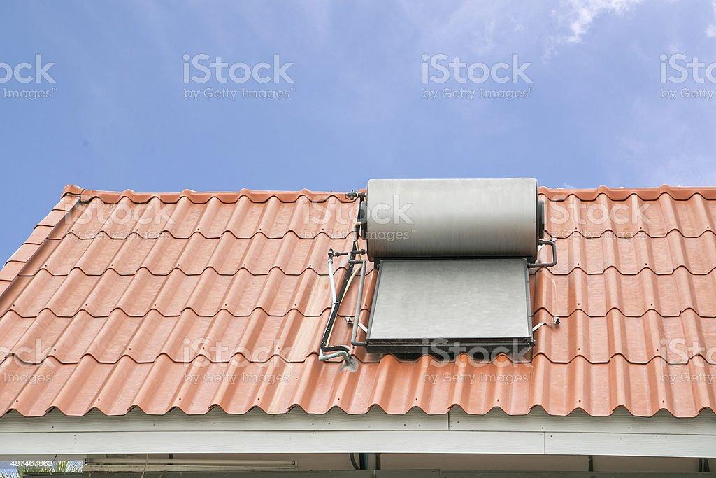 Solar panel-system für heißes Wasser auf dem Dach – Foto