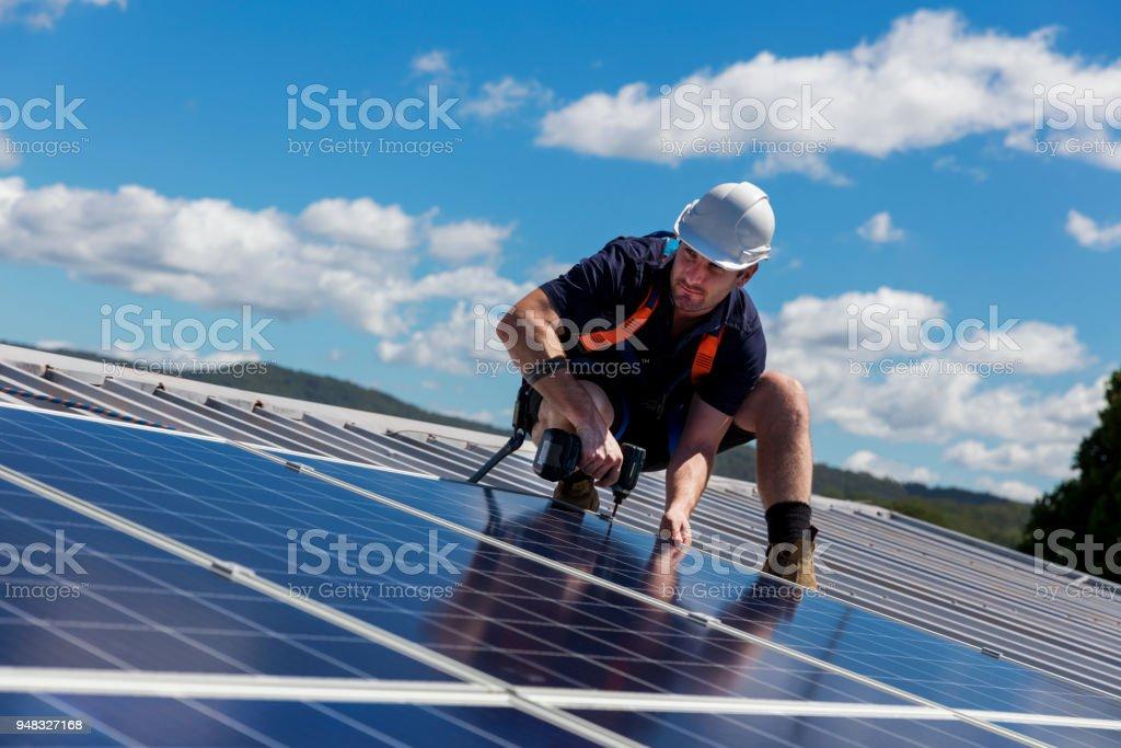 Solar-Panel-Installer mit Bohrer, die Installation von Sonnenkollektoren – Foto