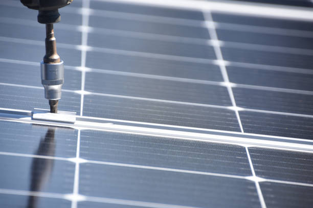 Solar-Panel-Installer mit Bohrer – Foto