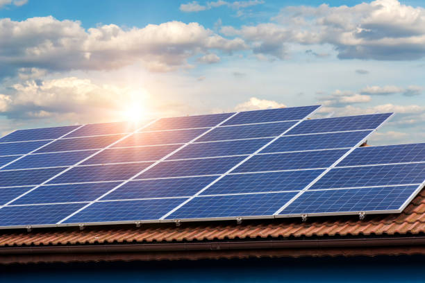 Sonnenkollektor auf ein rotes Dach – Foto
