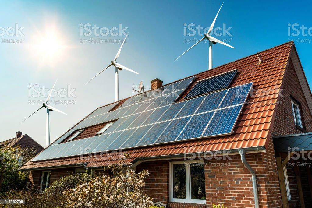 Panel solar en un tejado y el viento cerca de turbinas - Foto de stock de Alemania libre de derechos