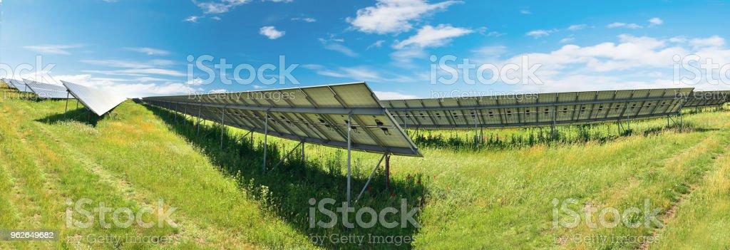 Solar-Panel auf blauen Himmelshintergrund Panorama – Foto