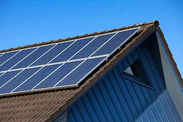 painel solar no telhado contra o céu azul gable - solar panel imagens e fotografias de stock