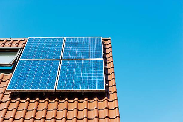 painel solar no telhado de alemanha contra claro céu azul - solar panel imagens e fotografias de stock