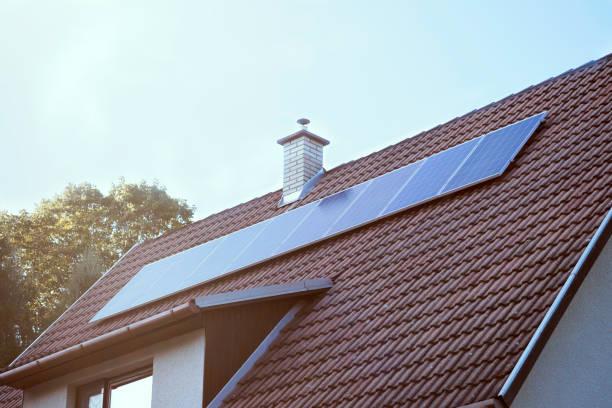 solpanel på det röda taket. alternativa energikoncept. flare - solar panel bildbanksfoton och bilder
