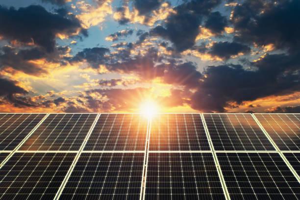 Sonnenkollektor Sonnenuntergang. Konzept saubere Energie, elektrische Alternative, Energie in der Natur – Foto