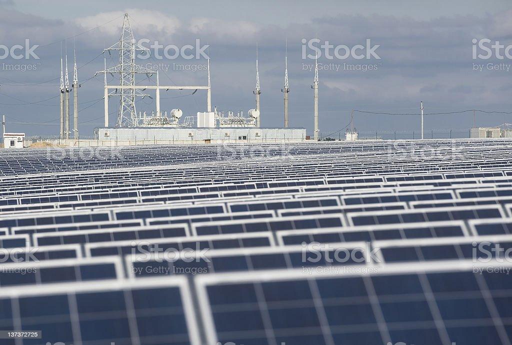 Solarkollektoren und Elektrizität station. – Foto