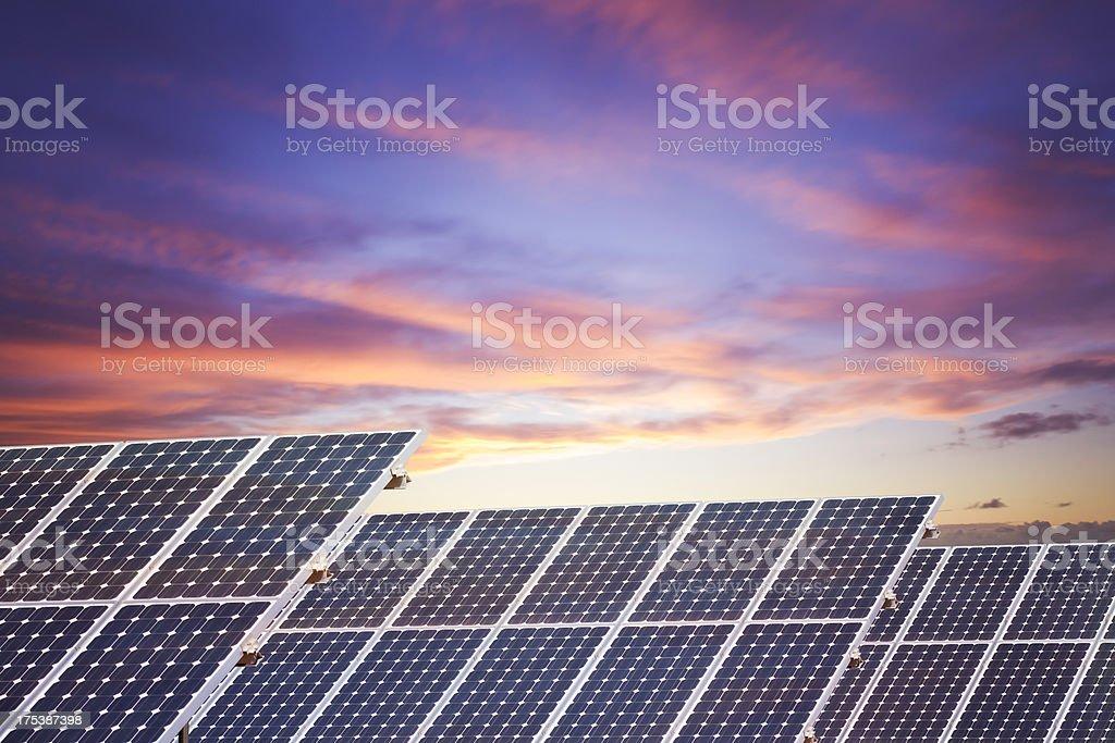Solarkollektoren bei Sonnenuntergang – Foto