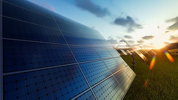 paneles solares campo al anochecer - energía solar fotografías e imágenes de stock