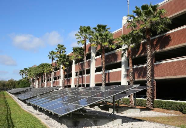 solarzellen vor einer garage - garagen pergola stock-fotos und bilder