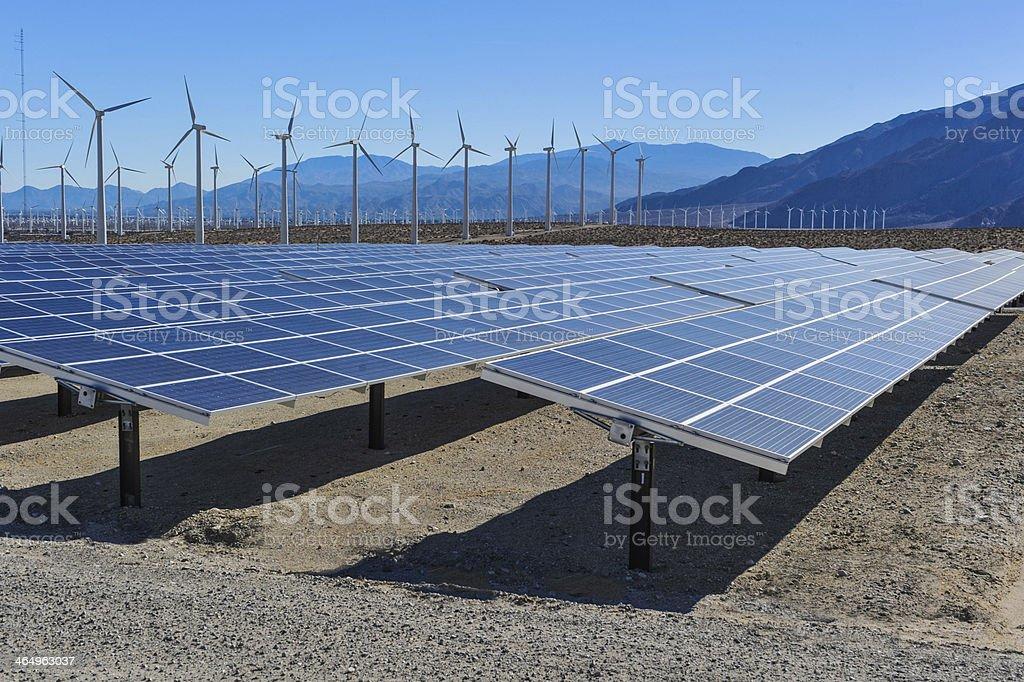 Solarkollektoren vor wind Turbinen und Mountains. – Foto