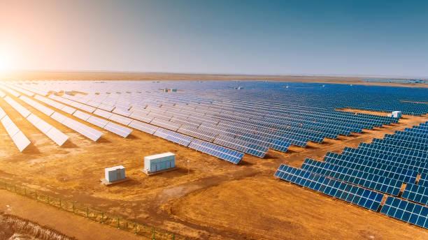 solar panels in the field - solar panel imagens e fotografias de stock