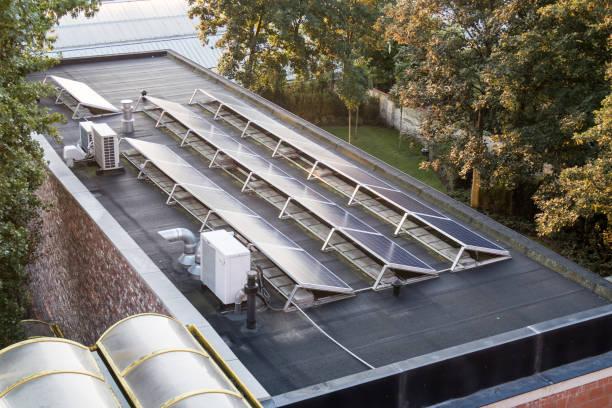 Sonnenkollektoren auf einem Flachdach – Foto