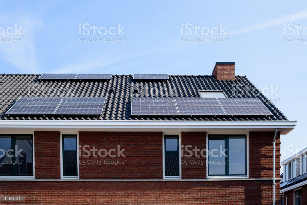 Panneaux solaires sur une maison neuve - Photo