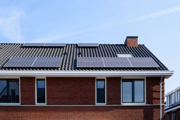 solar panels on a new house - durabilidade imagens e fotografias de stock