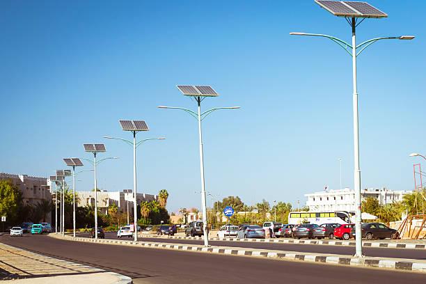 solarzellen auf dem elektro pole position beleuchtung auf der straße - solarleuchten stock-fotos und bilder