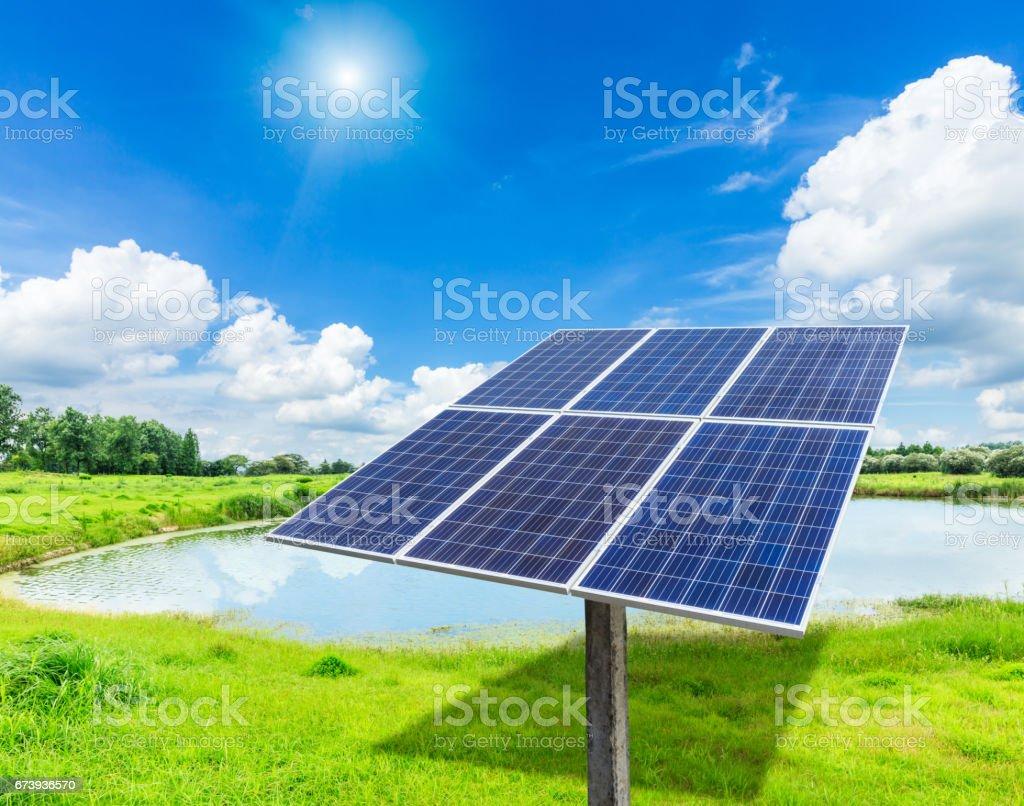 Solar panels on green grass foto de stock royalty-free